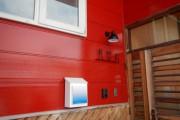 赤い外壁に映えるように、細い黒い字体と真っ白なボックスを設置させて頂きました。